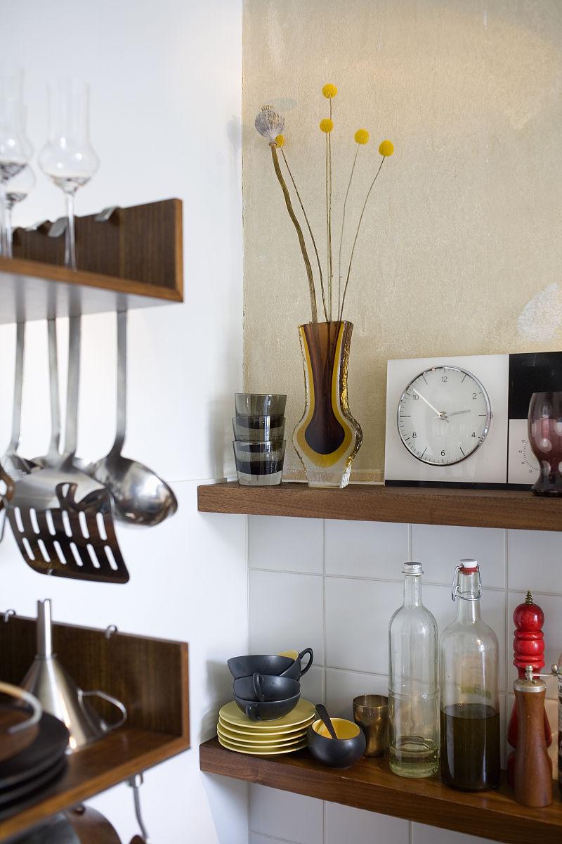 厨房货架上的家居用品细节图片
