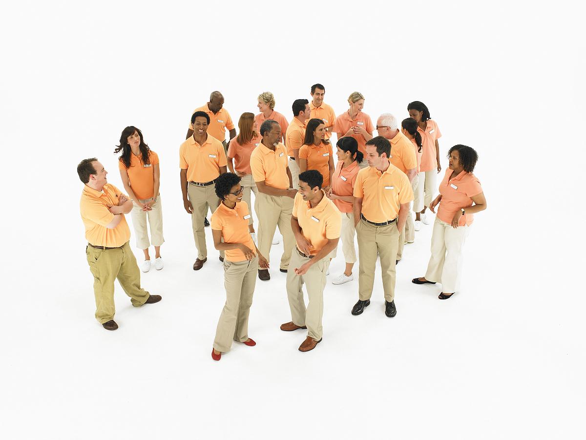一群�yf�yl#�kjye,y�9�c_一群身穿橙色马球衬衫的人,抬头看
