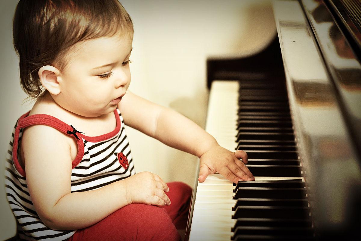 高加索幼儿弹钢琴图片