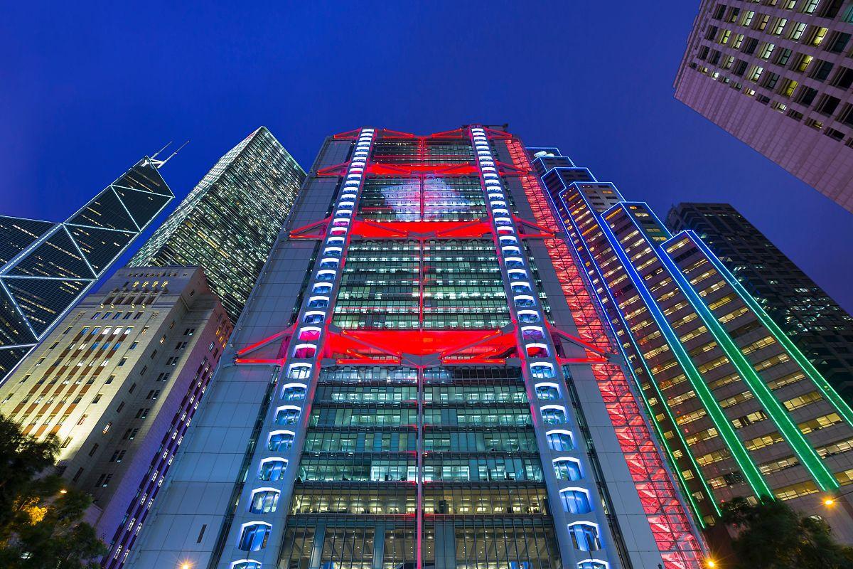 深圳汇丰银行电�_显示在汇丰银行总部大厦立面中部香港的夜晚,香港,中国