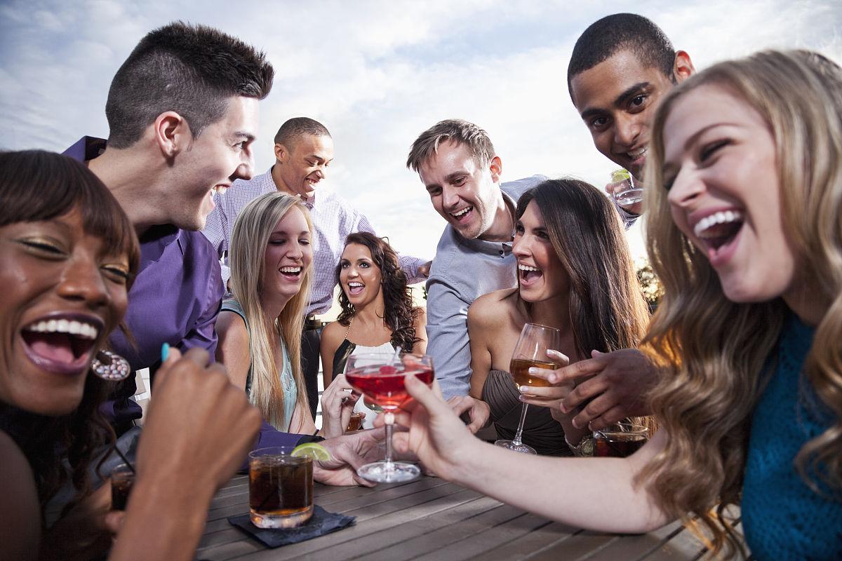 美国人���.��l_一群年轻人在户外喝酒