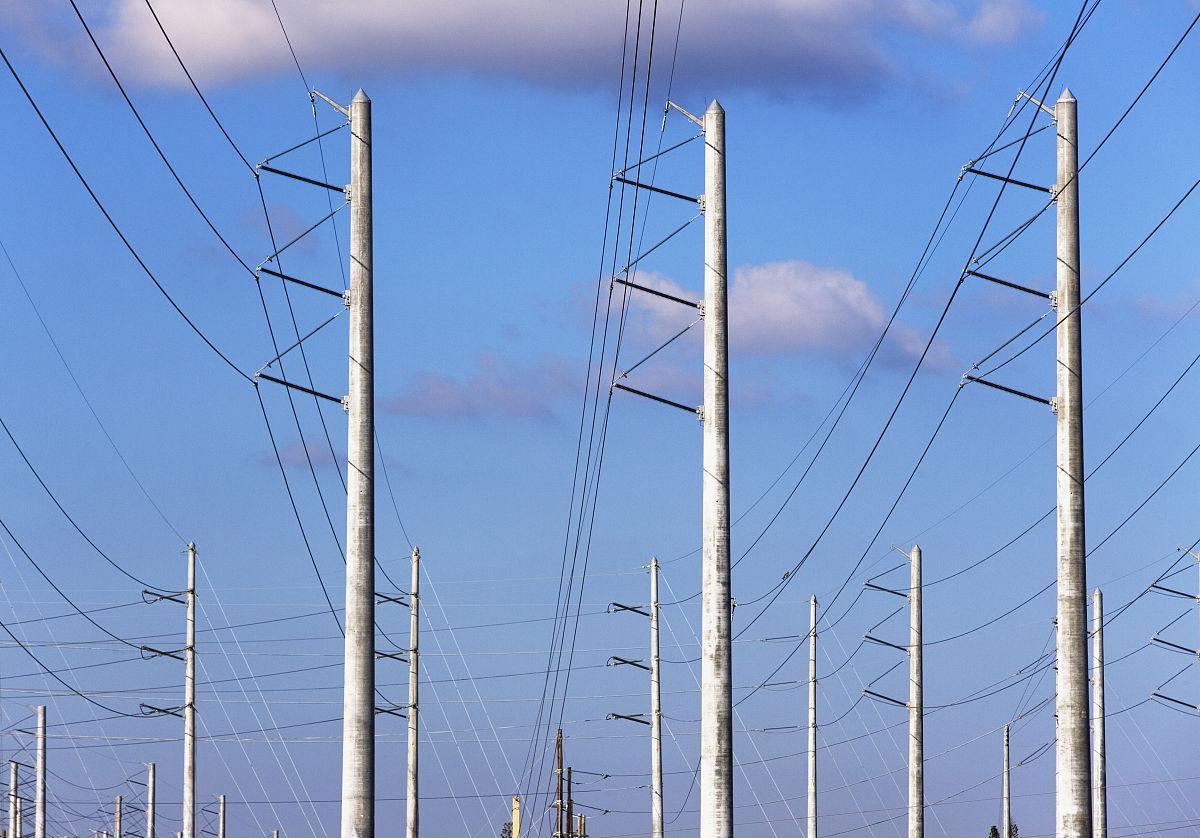 通信塔和电力线图片