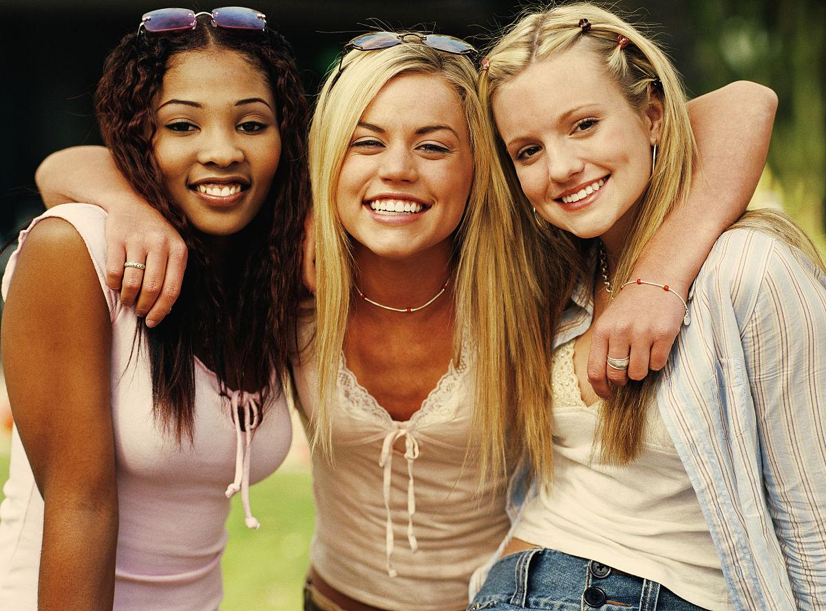 站,棕色头发,少年早期,14岁到15岁,注视镜头,黑色人种,非洲人,少女图片