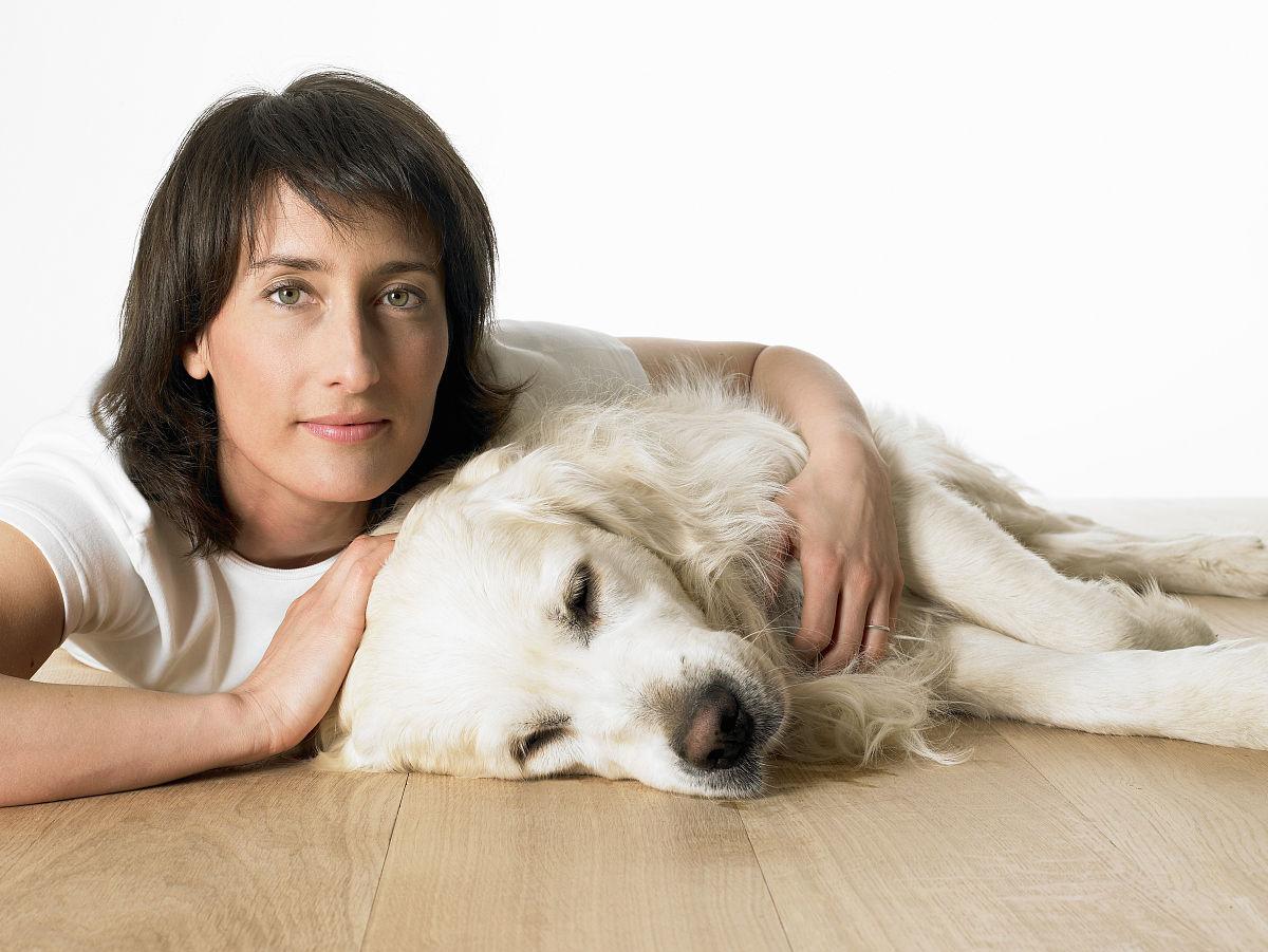 女人用胳膊搂着宠物狗图片