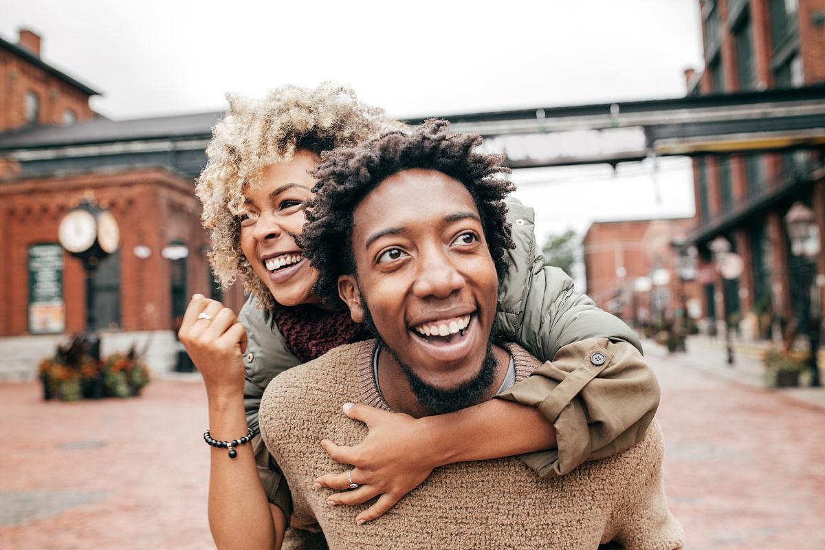 旅行的人,爱,浪漫,爆炸头,拉美人和西班牙裔人,约会,户外,欢乐,非洲人图片
