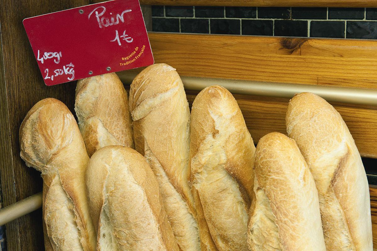 新鲜的法式面包出售图片