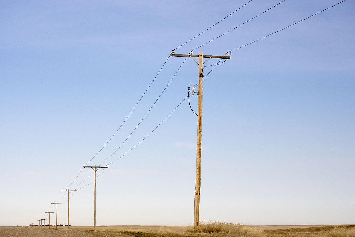 沿农村路线的电线杆.图片