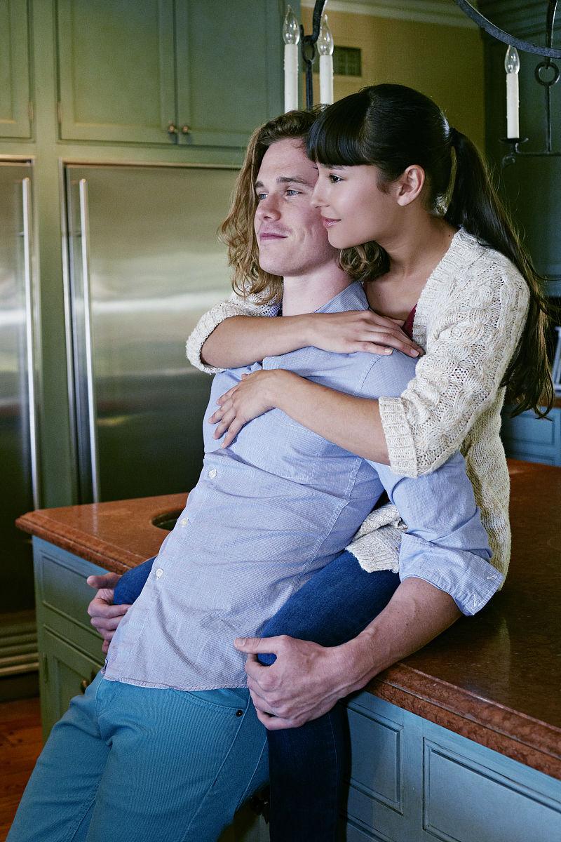 情侣拥抱厨房图片