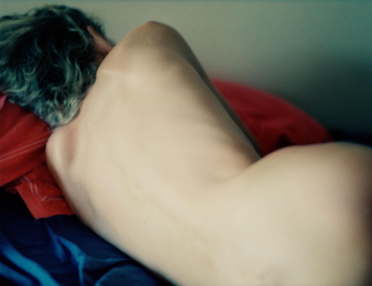 人体裸照视_裸体女子躺在床上,后视图