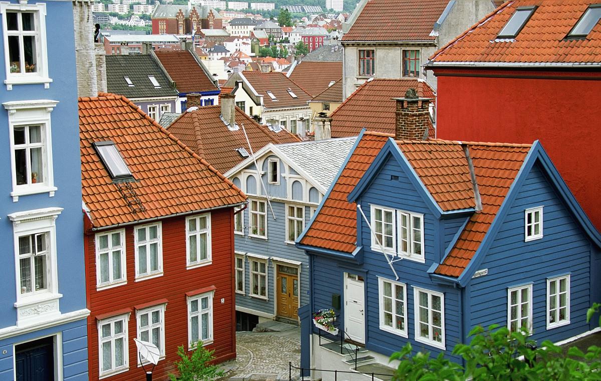 卑尔根,屋顶,屋顶的红色和蓝色木制房屋的高视角图片