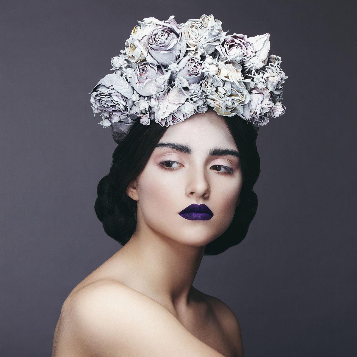 美丽的女人与鲜花花环图片