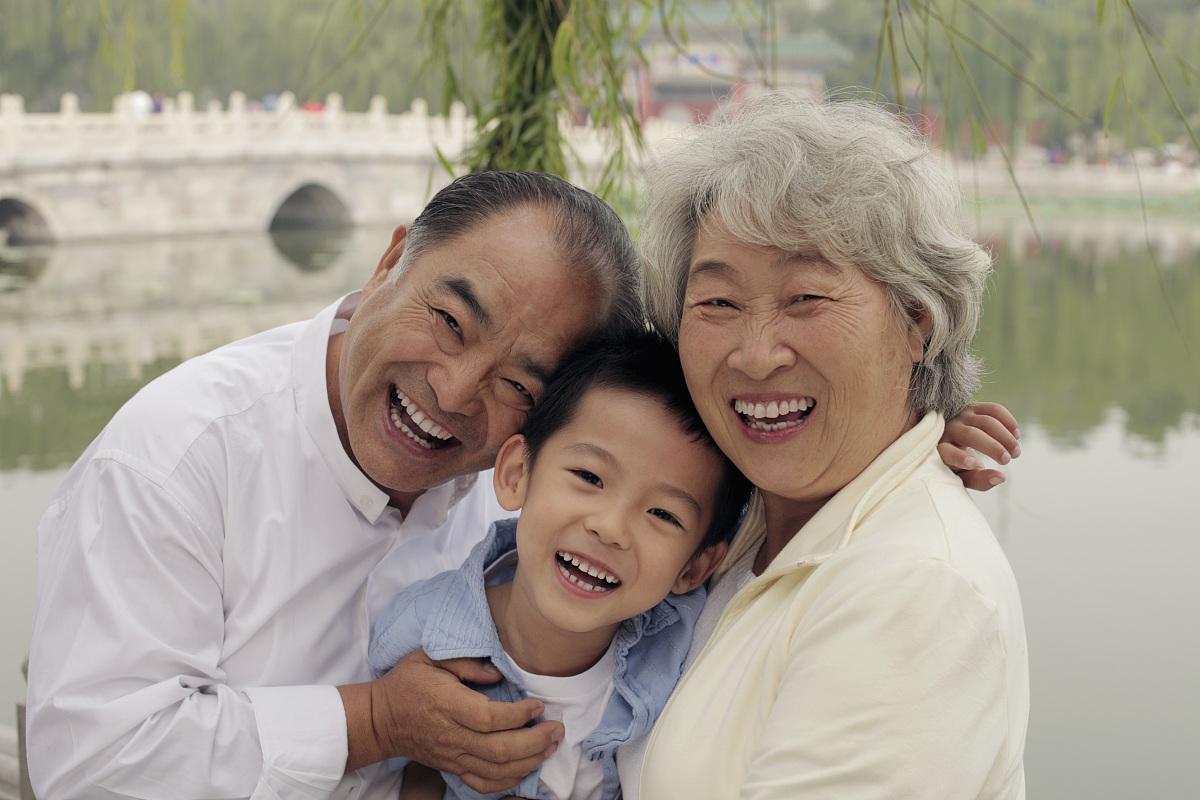 奶奶和孙子xinjiao_奶奶,祖父和孙子在公园里拥抱