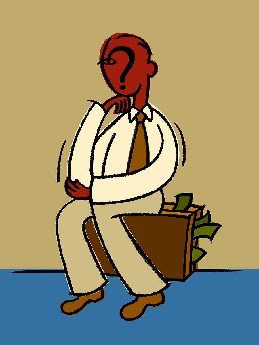 一个满脸问号的男人坐在装满钱的公文包里图片