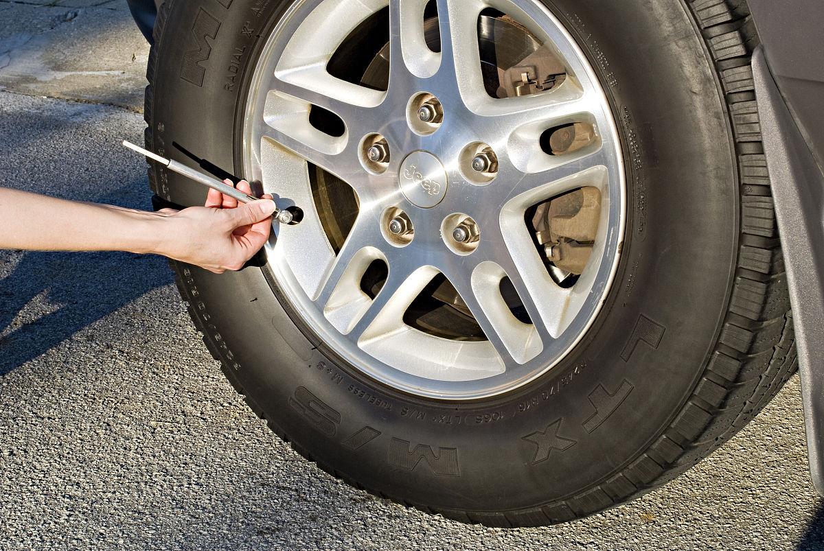 使用轮胎压力表检查轮胎是否有适当的气压.图片