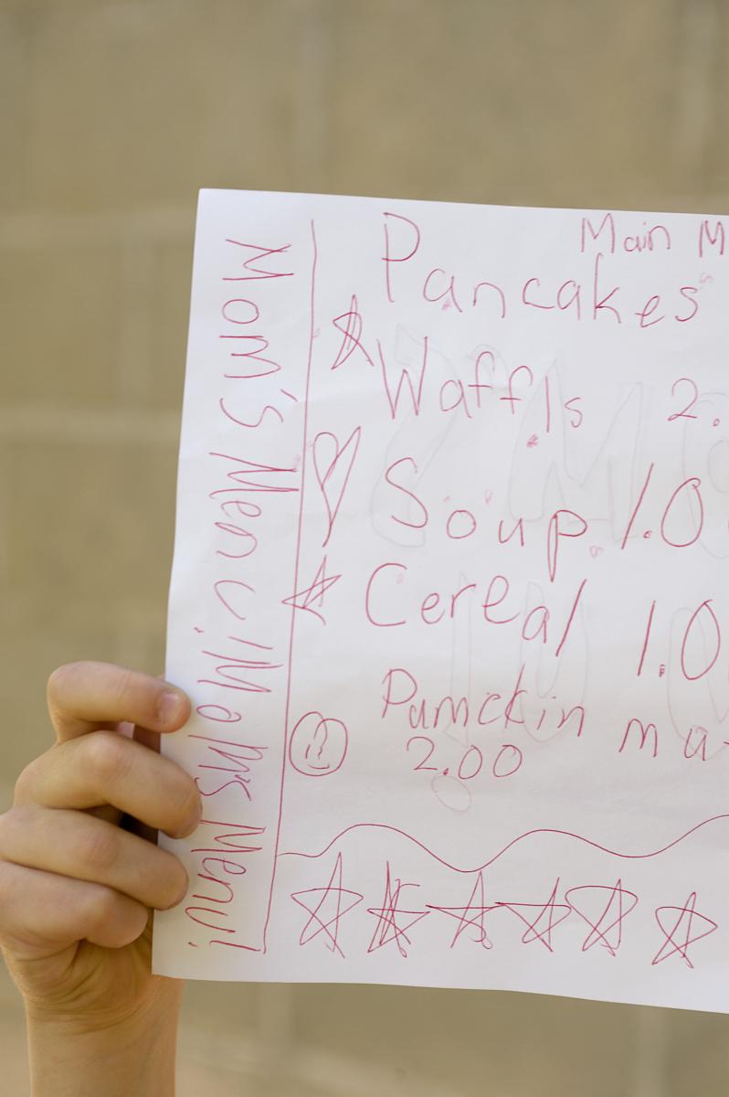 年轻女孩举起假装菜单图片