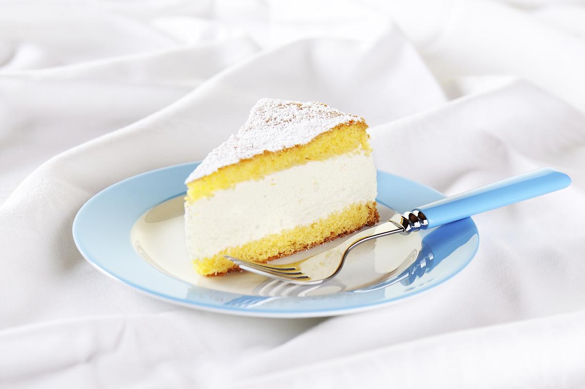 纯奶油蛋糕_一块奶酪和奶油蛋糕