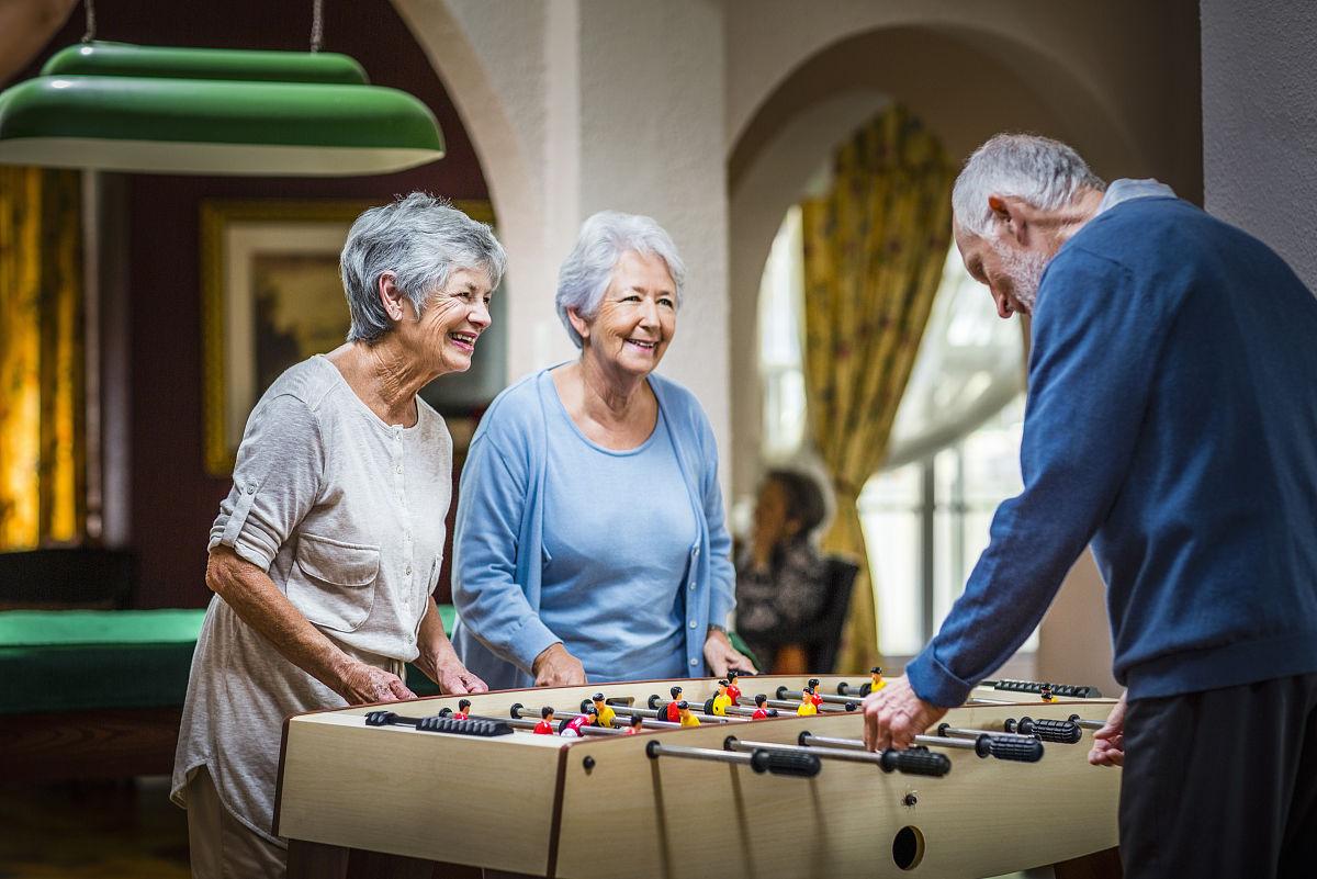 养老�zfjzh��anX��k9_老年人在养老院玩桌上足球