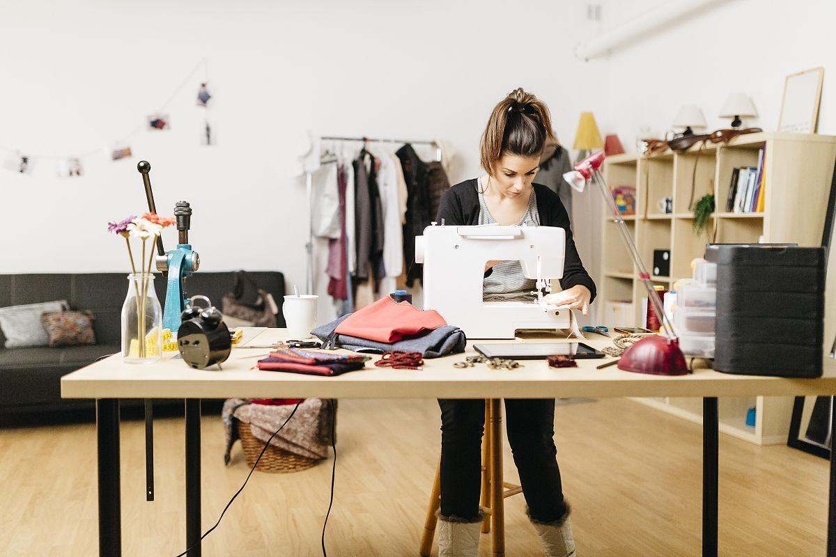 年轻时装设计师在她的工作室工作图片