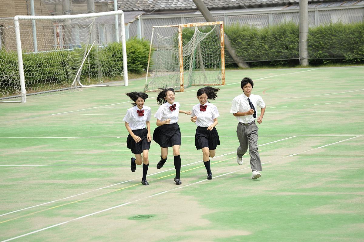 高中学生在校园里跑步图片