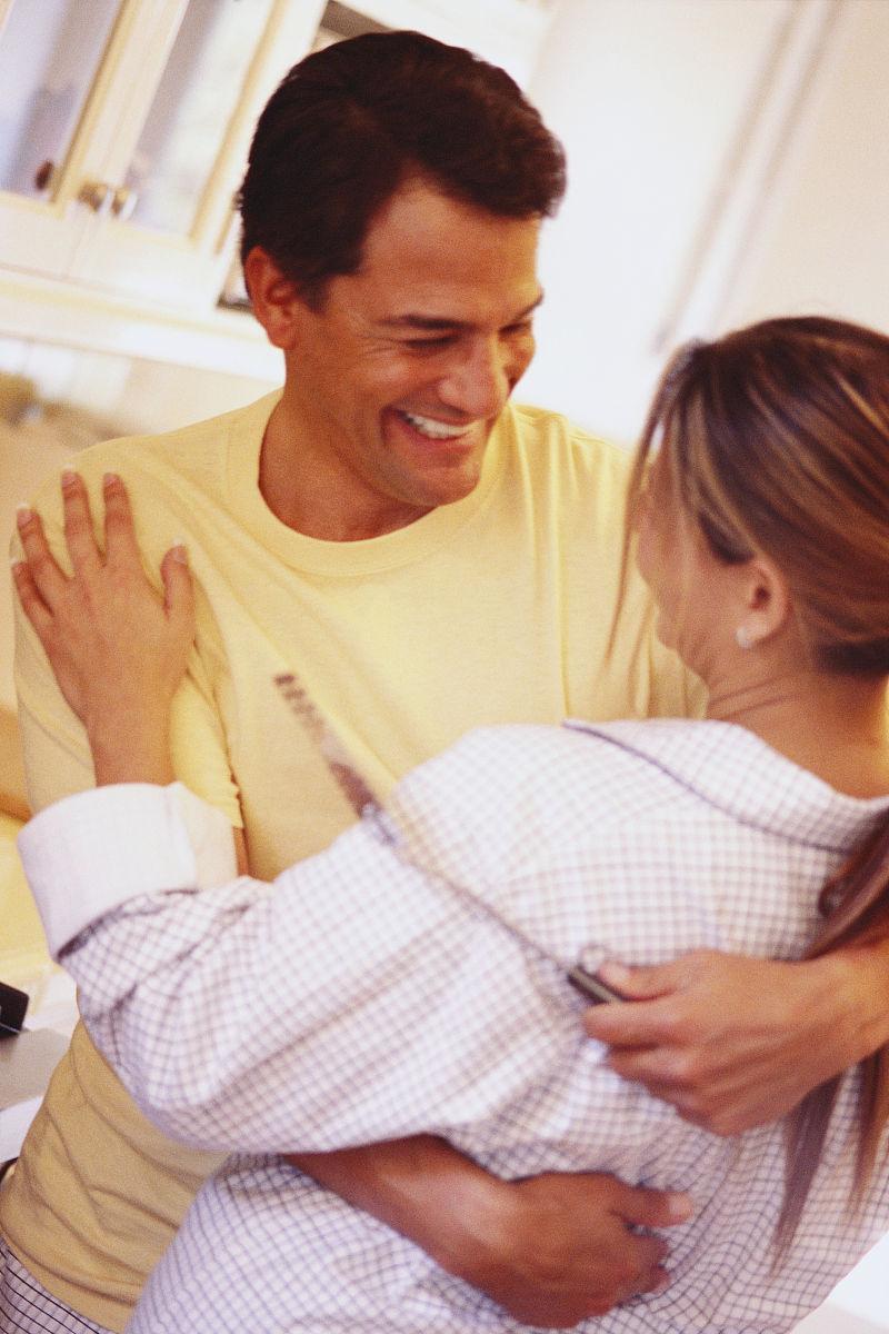 生活方式,室内,住宅房间,拉美人和西班牙裔人,厨房,微笑,拿着,拥抱图片