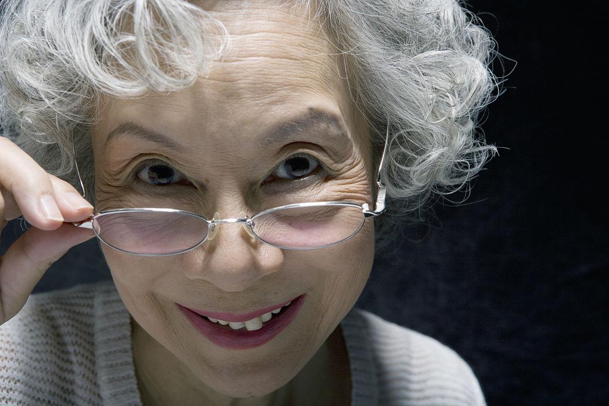 高级女子,戴上眼镜,微笑,特写,肖像图片