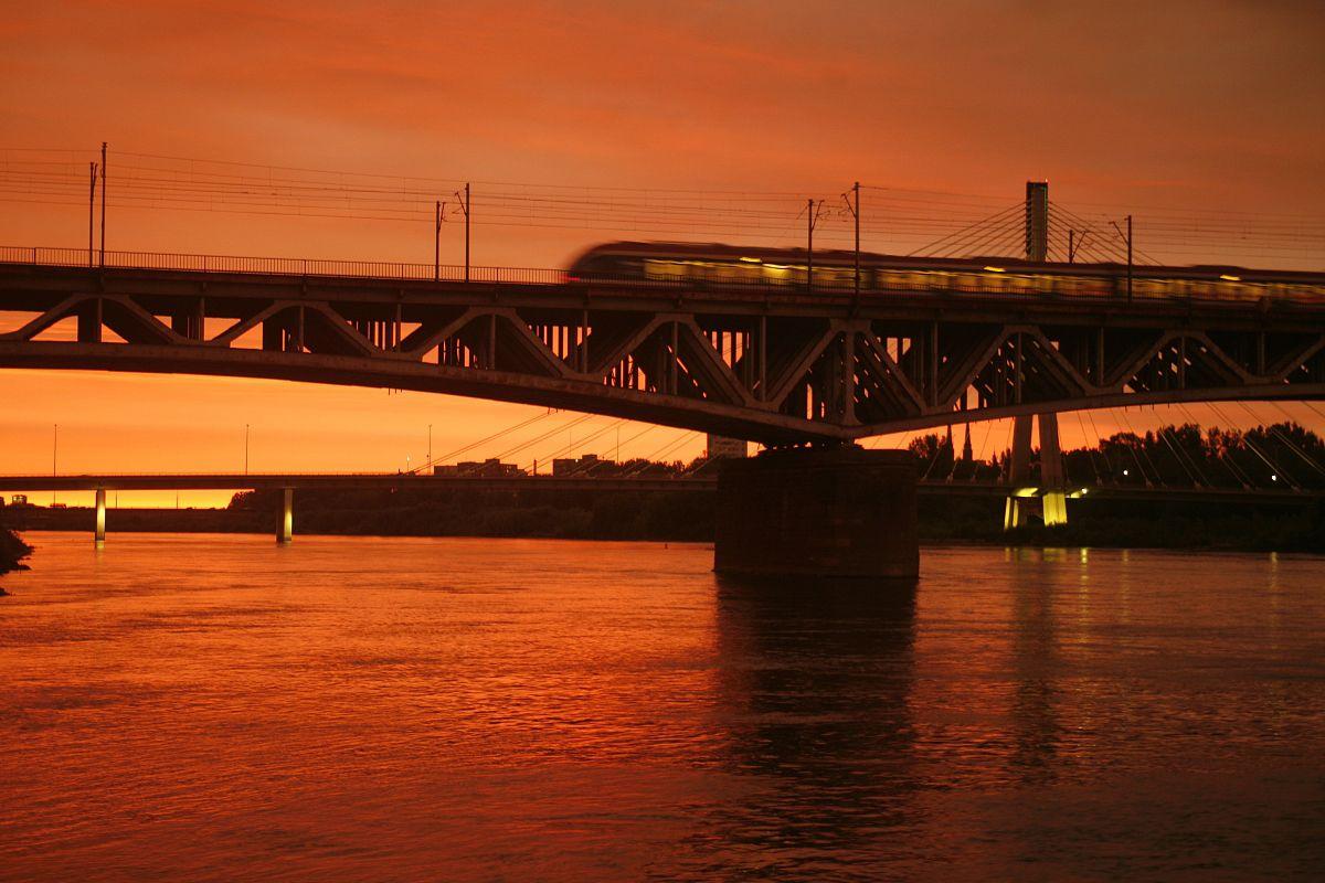 �m��y�n����_列车在srednicowy河大桥在天空运动模糊
