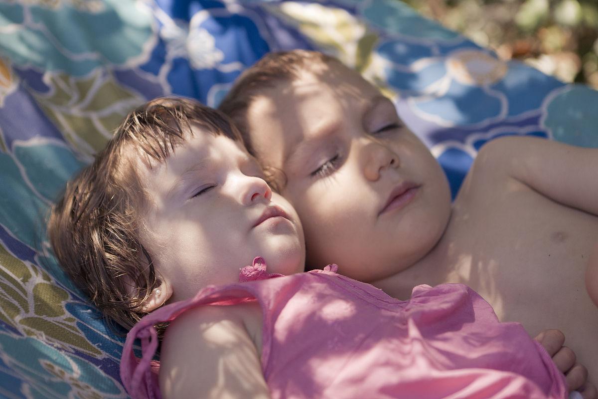 睡姐姐囹�a_姐姐和弟弟睡在吊床上