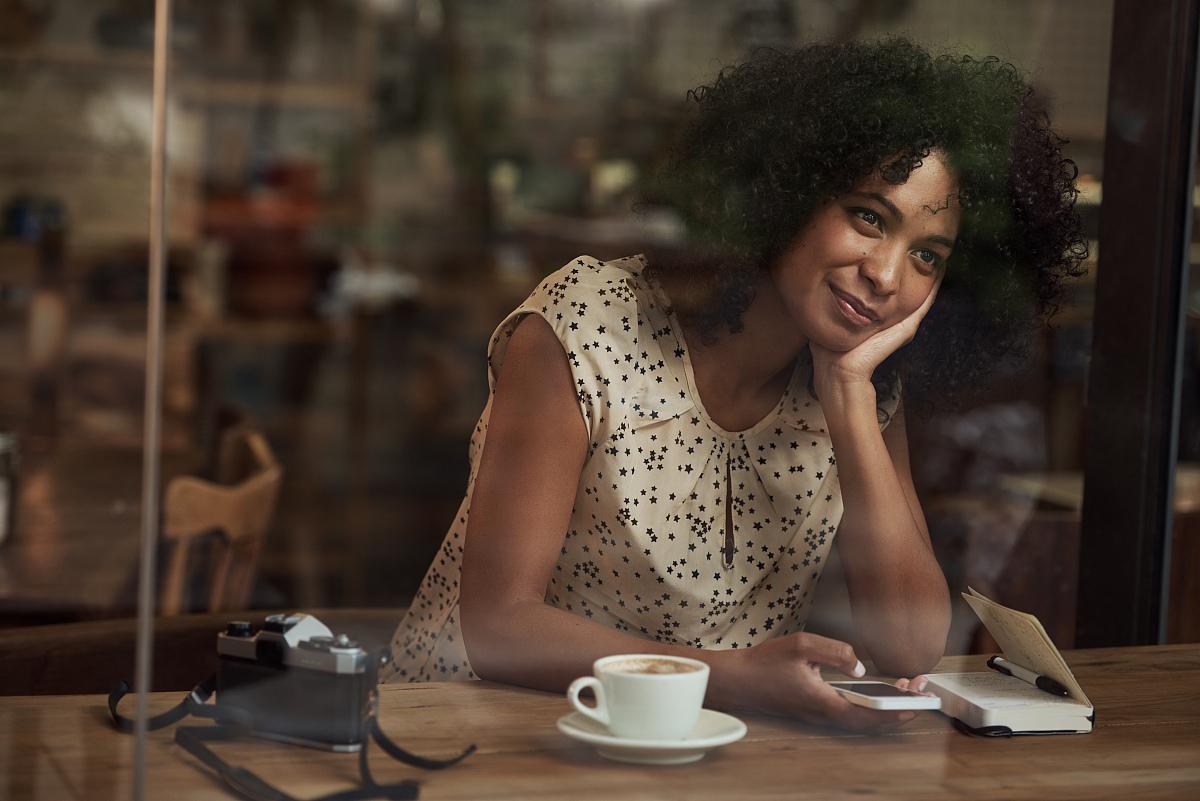 梦想,透过窗户往外看,爆炸头,拿着,顾客,商业厨房,非洲人,厨房,享乐图片