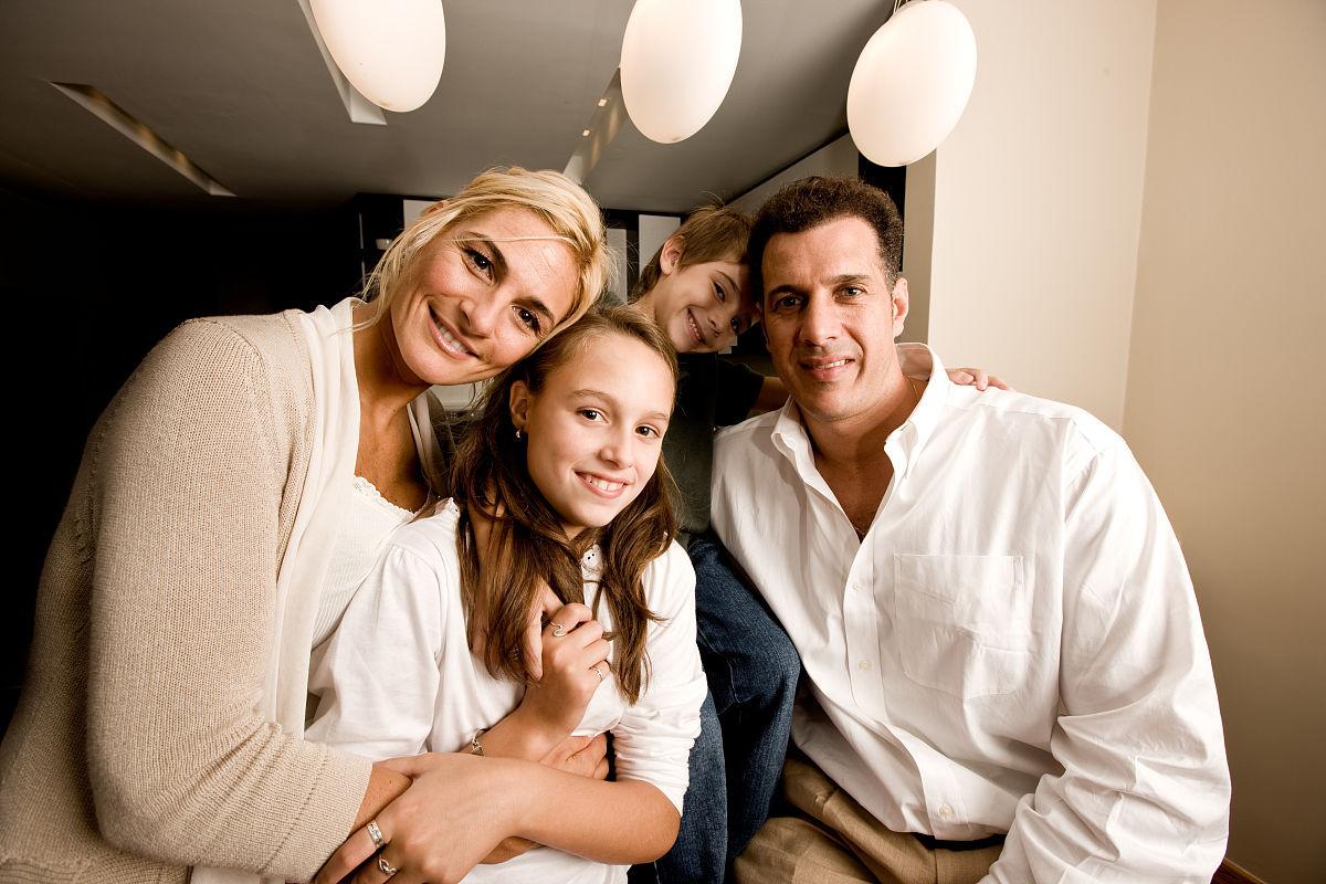 快乐,深情的,长发,短发,金色头发,棕色头发,白人,厨房,斜靠,微笑,拥抱图片