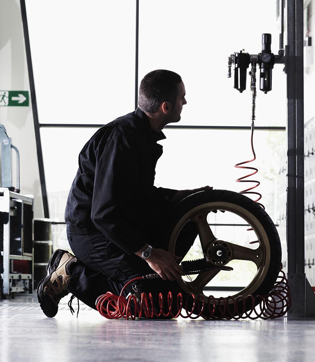 机械�9b�9�^�� _车库机械充气轮胎