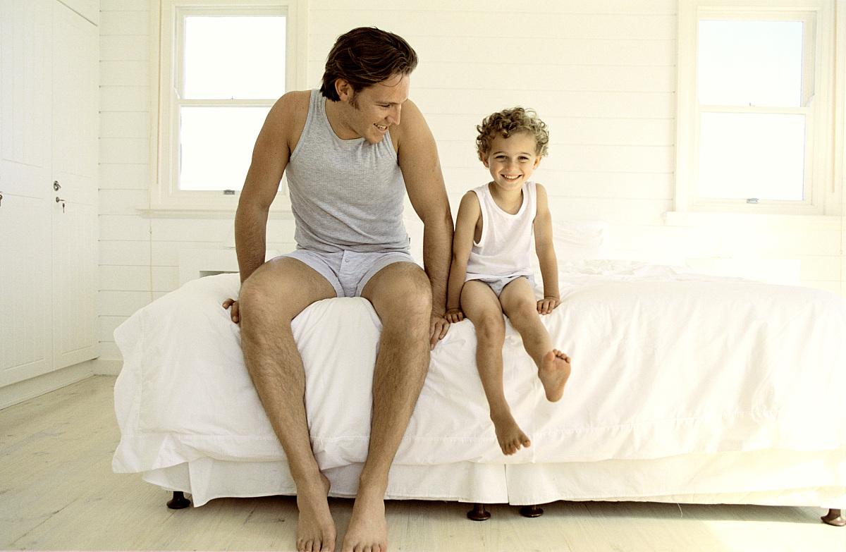 坐的_父子坐在床上