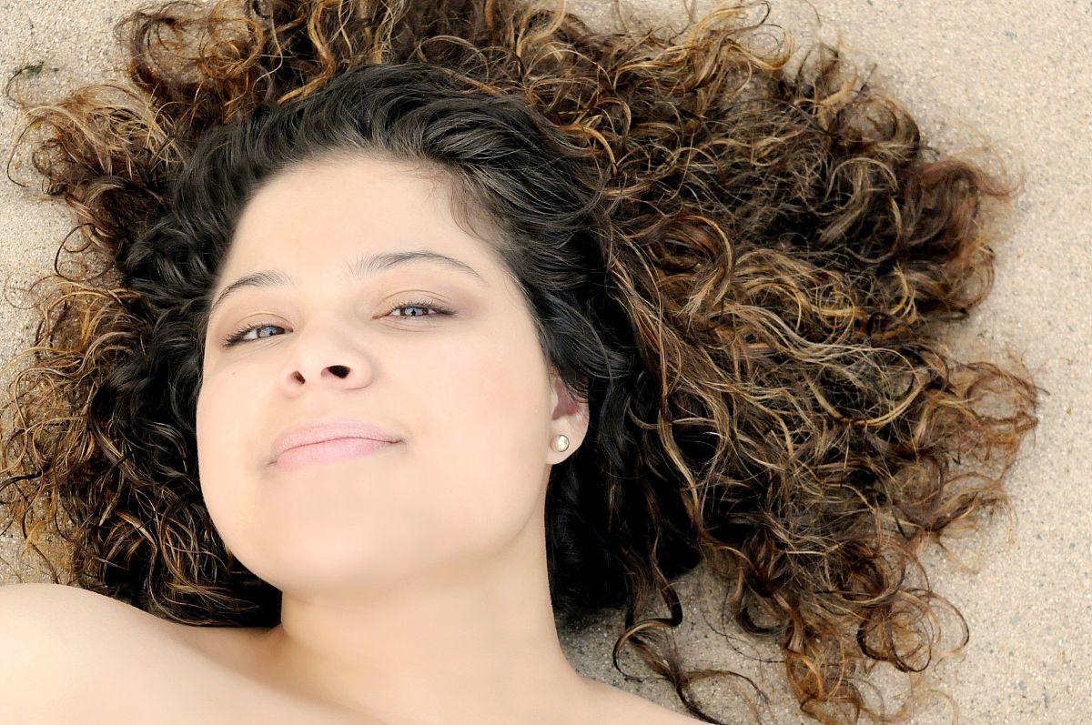 头和肩膀,满意,卷发,棕色头发,拉美人和西班牙裔人,微笑,美国,沙子图片