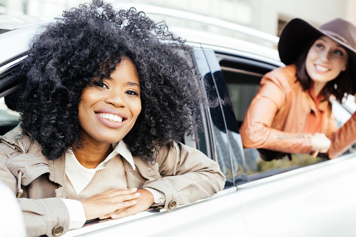 25岁到29岁,青年女人,汽车保险,黑发,户外,欢乐,仅女人,冒险,非洲人图片