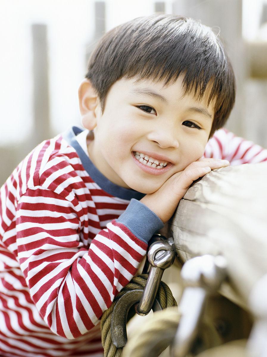 微笑,露齿笑,衣服,休闲装,上装,快乐,式样,条纹,仅儿童,侧面视角,发型图片