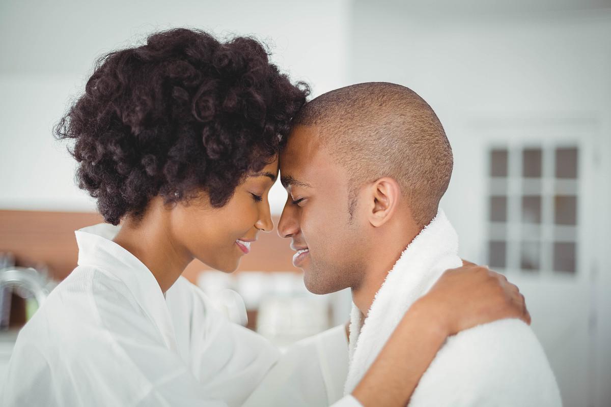 快乐在厨房拥抱的夫妇图片
