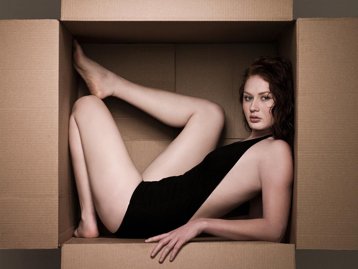 纸箱里的年轻女子图片