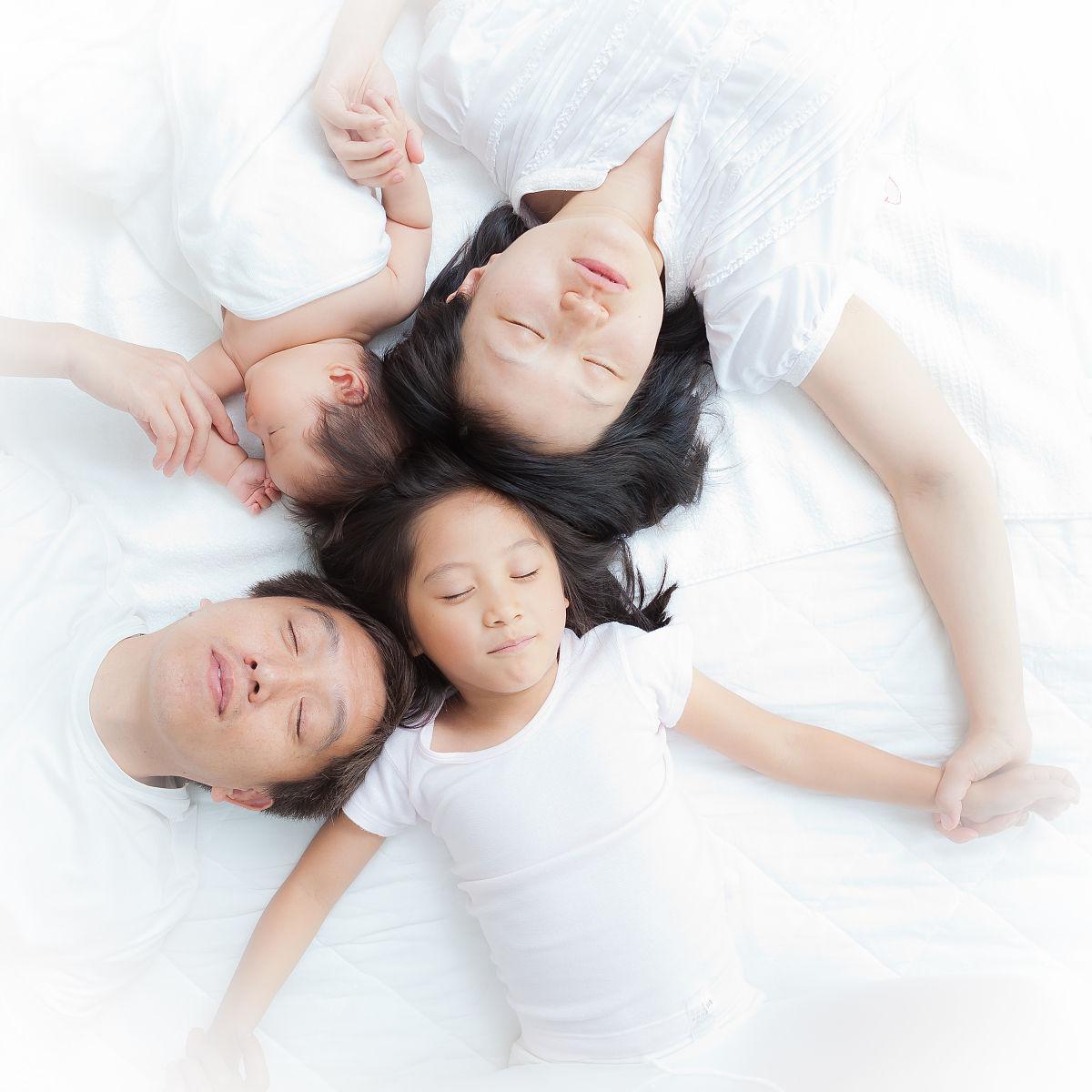 睡姐姐囹�a_爸爸妈妈和姐姐睡在一起