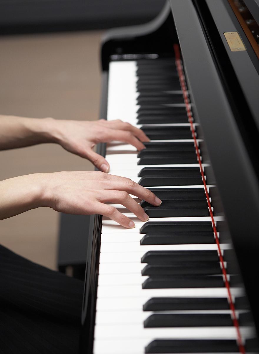 手在钢琴图片