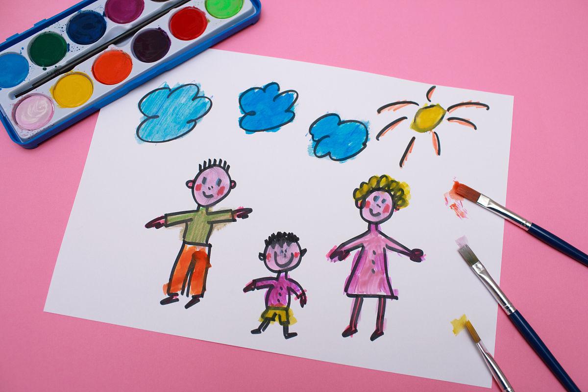 一个小孩子画的一个家庭图片