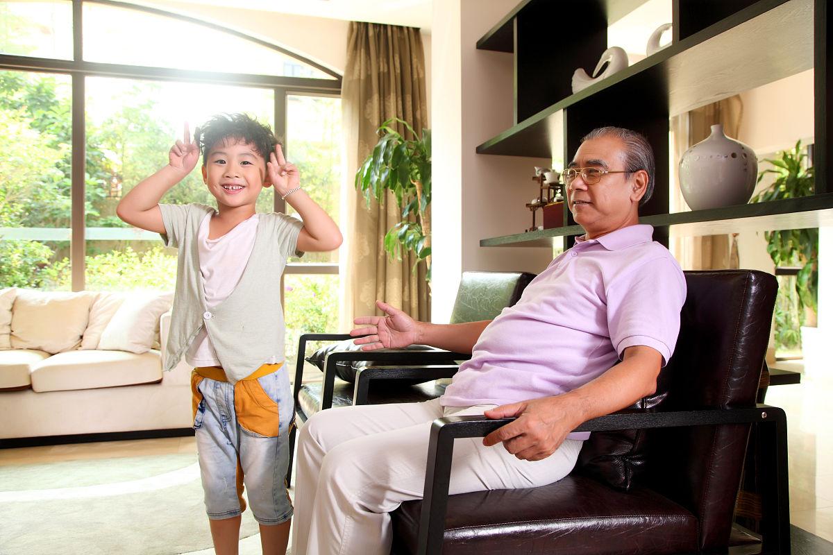 孙茺#.i[NZ�K�nY_在客厅里的爷孙