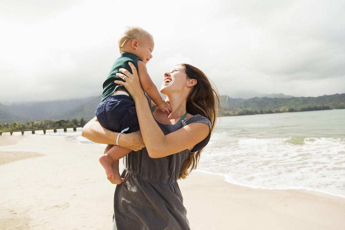 年轻的母亲和婴儿(6-12个月)图片