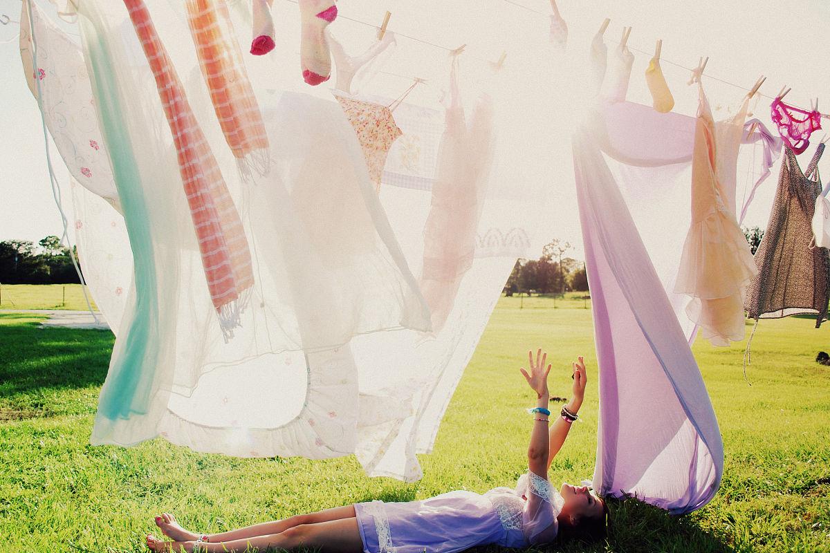 衣_女孩躺在草地上,晾衣绳
