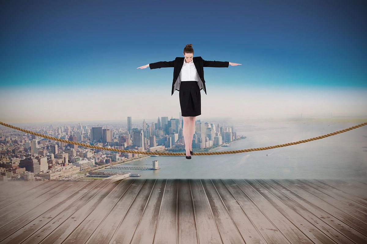 平衡_商人进行平衡与城市投影在墙上