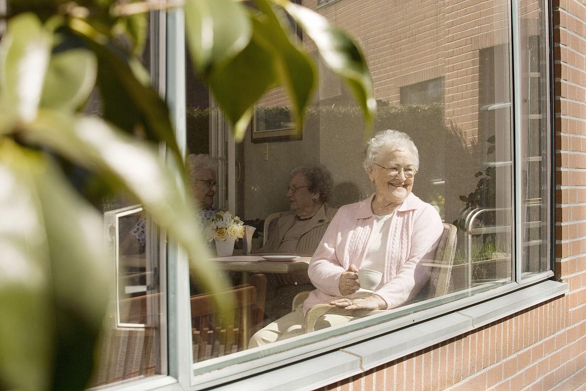 养老�zfjzh��anX��k9_老年妇女坐在养老院窗口