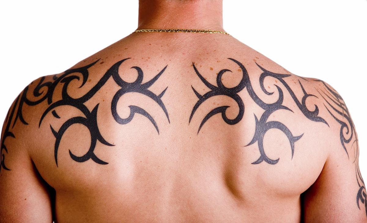背面视角,后背,白人,原生态文化,纹身,墨水,健美身材,白色,健康生活图片