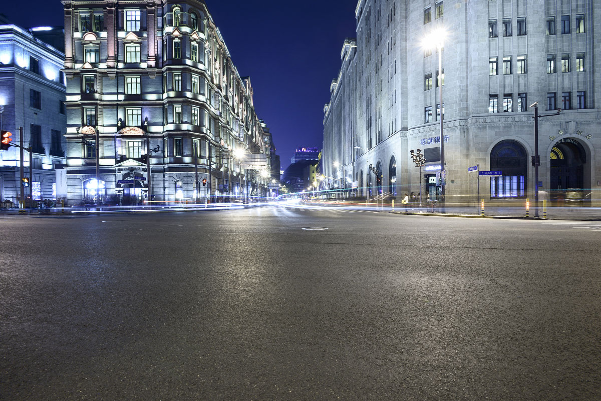 上海外滩欧式老建筑和道路广场繁华夜景图片
