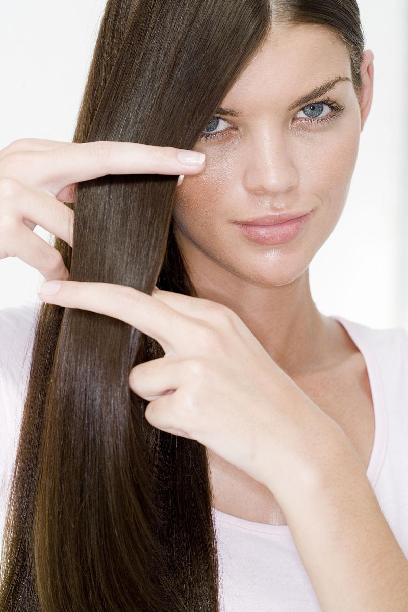 室内,18岁到19岁,特写,南部非洲,头和肩膀,满意,发型,直发,长发,棕色图片