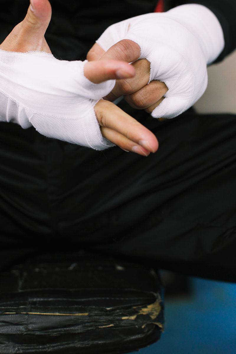 拳击手用绷带包扎他的手图片