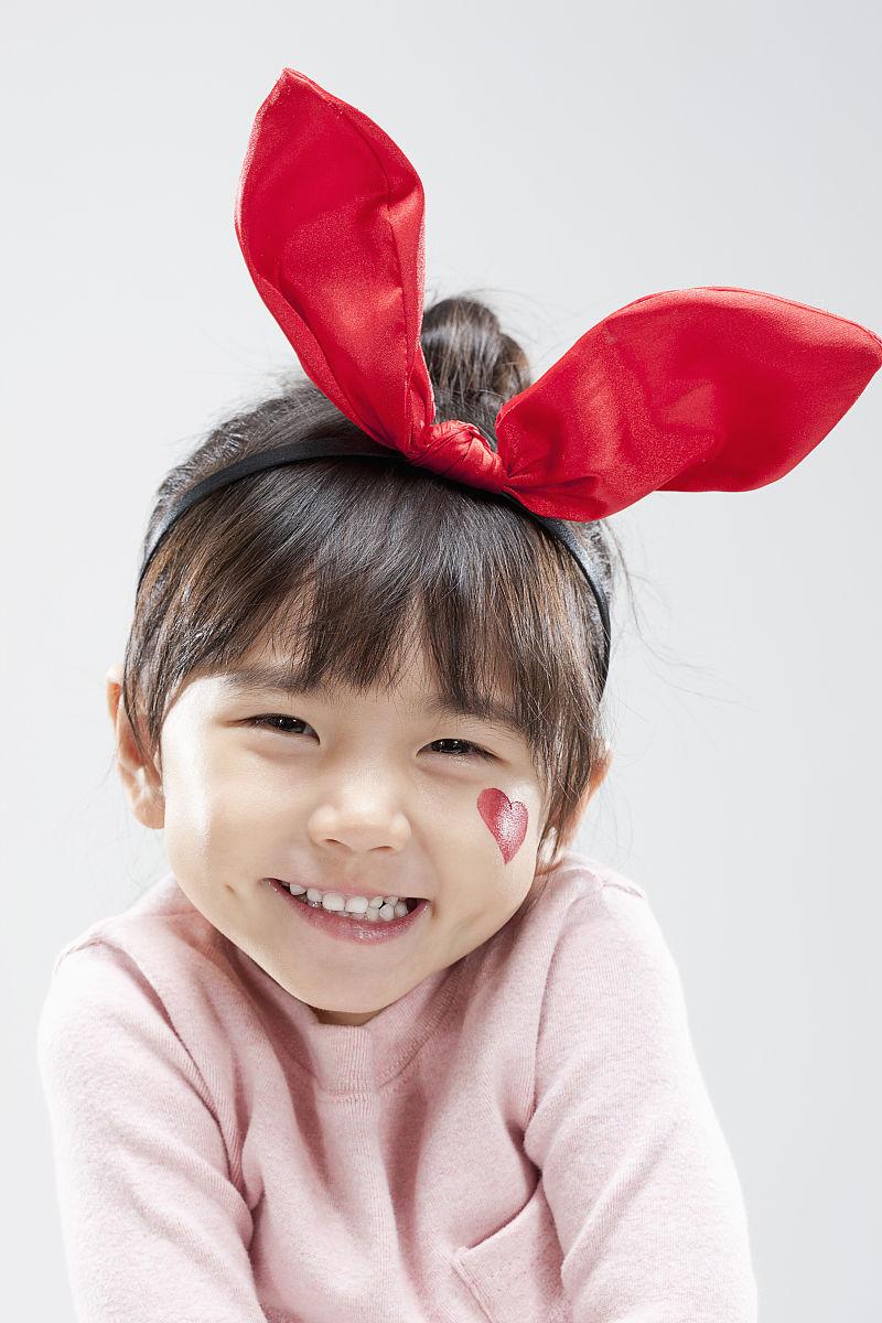 一个带着兔子发带微笑的女孩图片