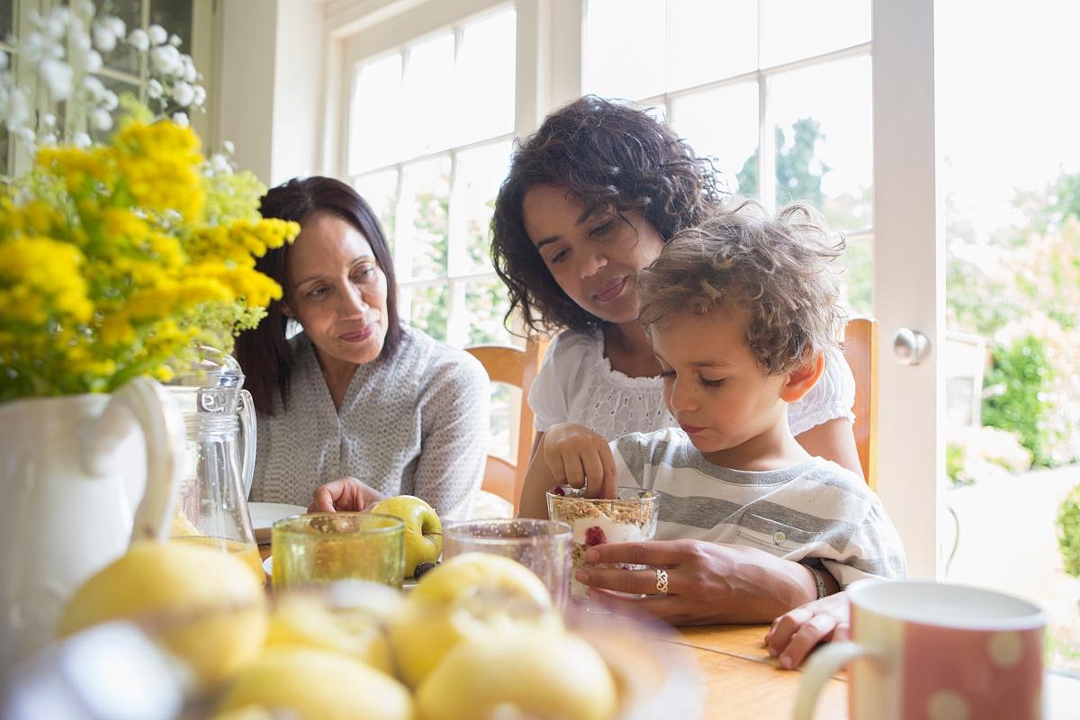 三代一家人一起吃早餐图片
